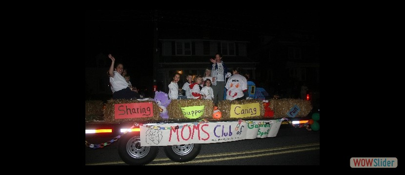 MOMS-Club-float-in-parade